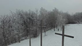 在小山的三个十字架在冬天,鸟瞰图 股票视频