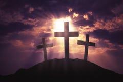在小山的三个十字架标志 免版税库存图片