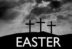 在小山的三个复活节十字架 库存图片