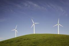在小山的三台风轮机 免版税图库摄影