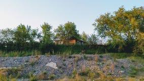 在小山的上面的偏僻的房子 免版税图库摄影