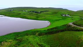 在小山的上面的小和美丽的湖在苏格兰高地 股票视频