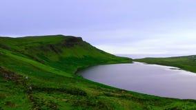 在小山的上面的小和美丽的湖在苏格兰高地 影视素材
