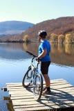 在小山的上面的骑自行车者 免版税图库摄影