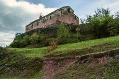 在小山的中世纪monasteryÂ在秋天阴云密布天,在雨以后 免版税库存图片