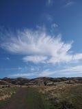 在小山的云彩爆炸 免版税库存照片