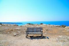 在小山的偏僻的长凳 免版税库存图片