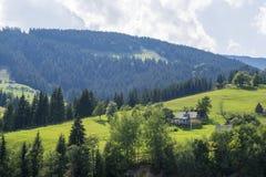 在小山的农庄 免版税库存图片