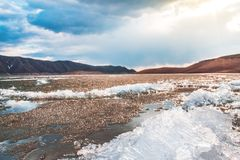 在小山的冰冷的地面 库存照片