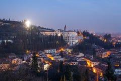 在小山的十字架在维罗纳市 免版税库存照片
