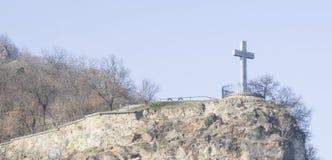 在小山的十字架 免版税库存图片