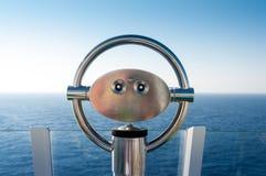 在小山的双筒望远镜在海洋旁边 免版税图库摄影