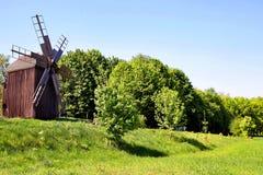 在小山的古老风车在领域 以绿草为背景 古迹 库存图片