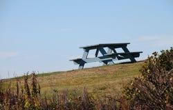 在小山的唯一野餐长凳 库存图片
