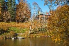 在小山的国家豪宅由湖 免版税库存图片