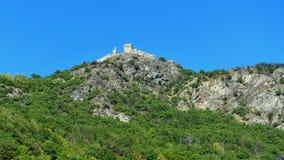 在小山的城堡废墟在意大利 库存照片