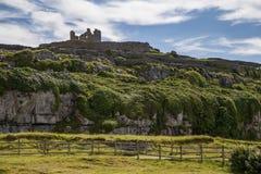 在小山的城堡废墟 库存照片