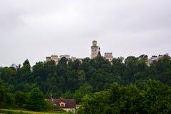 在小山的城堡Hluboka 免版税库存图片
