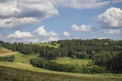 在小山的夏天捷克风景 库存照片