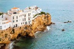 在小山的大厦由海运, Ibiza,西班牙 免版税库存图片