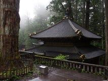 在小山的大气寺庙 免版税库存照片