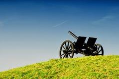 在小山的大炮 免版税库存图片