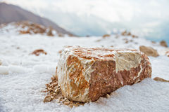 在小山的大石头 免版税库存照片