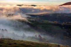 在小山的大雾在日出的乡下 图库摄影