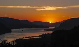 在小山的太阳断裂在哥伦比亚峡谷 图库摄影