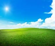 在小山的太阳 免版税库存图片