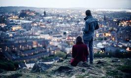 在小山的夫妇在爱丁堡 免版税库存照片