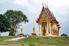在小山的寺庙 免版税库存图片