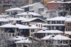 在小山的居民住房在冬天 免版税库存图片