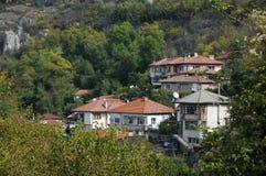 在小山的居民住房 免版税库存图片