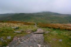 在小山的岩石路在笔y爱好者峰顶,布雷肯比肯斯山国家公园,威尔士,英国附近 免版税库存照片