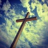 在小山的巨型十字架在Bendiorm西班牙 库存照片