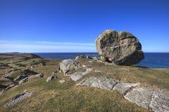 在小山的巨大的岩石在Ceannabeinne海滩,苏格兰附近 库存图片