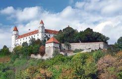 在小山的布拉索夫城堡在老镇上 免版税库存照片