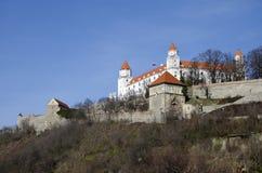 在小山的布拉索夫城堡 免版税库存图片