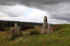 在小山的常设石头Mawphlang神圣的森林外 免版税库存图片