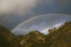 在小山的彩虹在风暴以后 库存图片