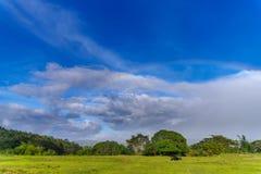在小山的彩虹 免版税库存照片