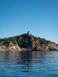 在小山的撒拉逊人塔在沙丁鱼海岸的意大利 免版税图库摄影