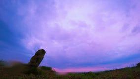 在小山的日出与Scythian雕象 股票视频