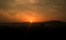 在小山的日出视图 库存图片