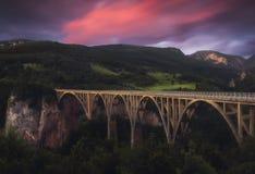 在小山的日落与桥梁 库存照片