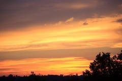 在小山的日落天际 免版税库存图片