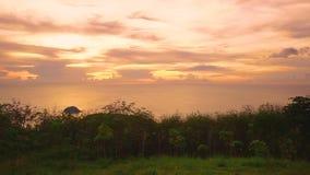 在小山的日落,普吉岛,泰国 股票录像