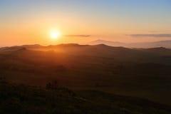 在小山的日落 免版税库存图片