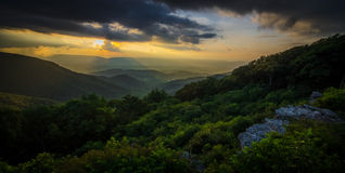 在小山的日落- Shenandoah 免版税库存图片